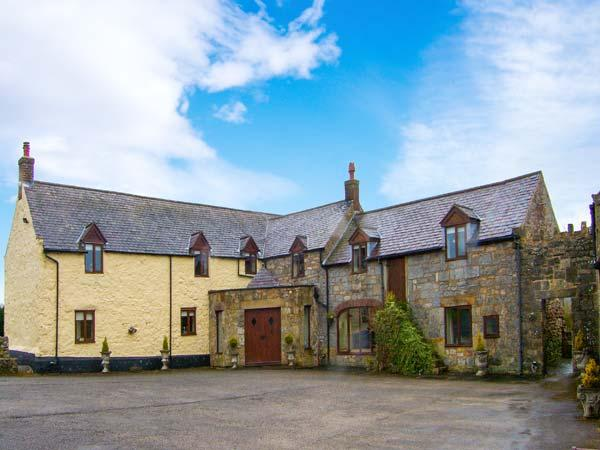 TYN Y COED FARM, open fire, country views, piano, WiFi, pet-friendly property near Treuddyn, Ref. 921020 - Image 1 - Treuddyn - rentals