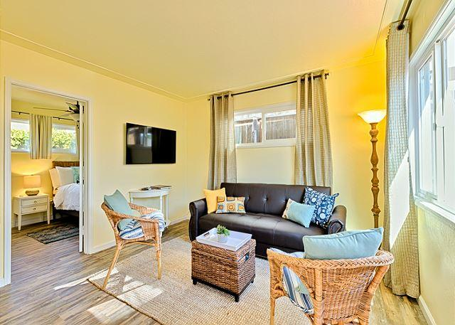 Bright and cozy accommodations - 10% OFF MAY Charming Cottage- patio, shared hot tub, steps to the sand! - La Jolla - rentals