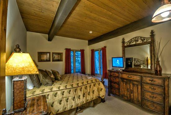 Master Bedroom With Queen Bed, In-suite Full Bathroom - Ptarmigan House 28 - Steamboat Springs - rentals