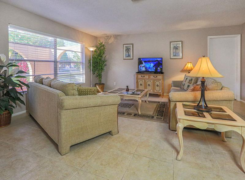 Comfortable living room has large flat screen TV with HD channels - Villa Grande in Venice - Large fenced yard - Private beach - Ferry passes - WiFi - Venice - rentals