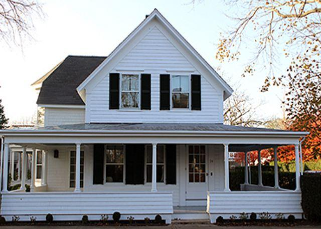 A WRAP-AROUND PORCH COLONIAL IN THE HISTORIC DISTRICT - Image 1 - Edgartown - rentals