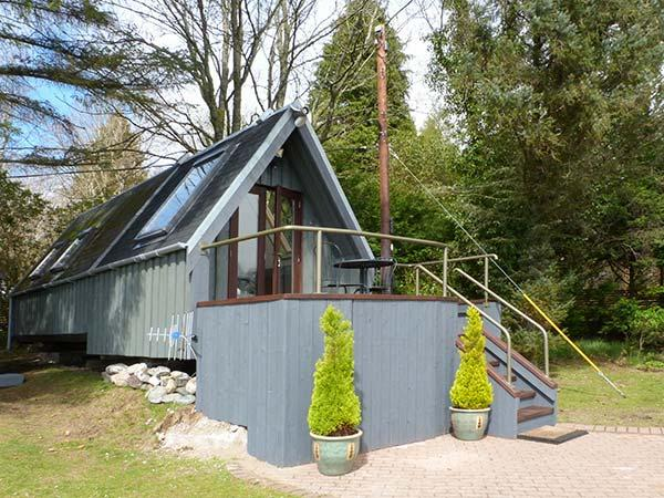 DUNDONALD LANDING, lochside chalet with private jetty, lawned garden, all ground floor accommodation, in Dundonald, Ref 14678 - Image 1 - Benderloch - rentals