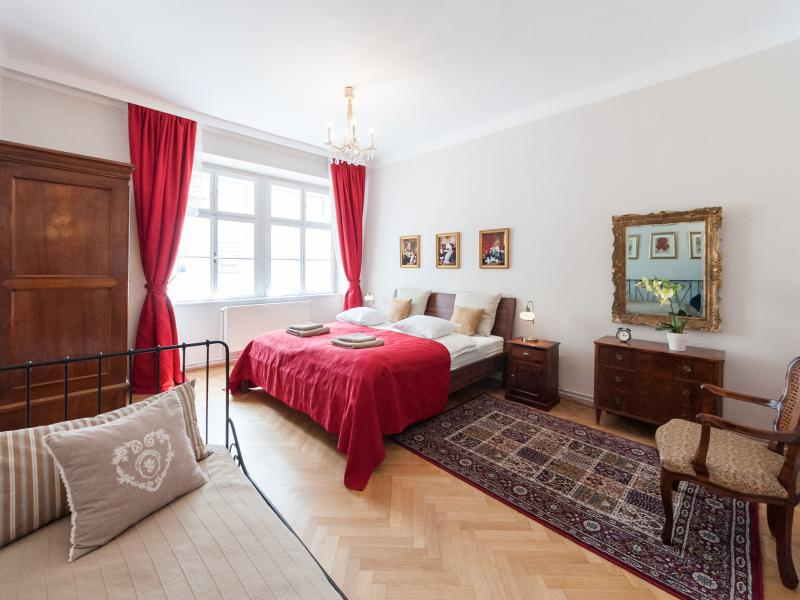 Red bedroom: one king size and one single bed - ElegantVienna - Allegro, steps from the Cathedral - Vienna - rentals