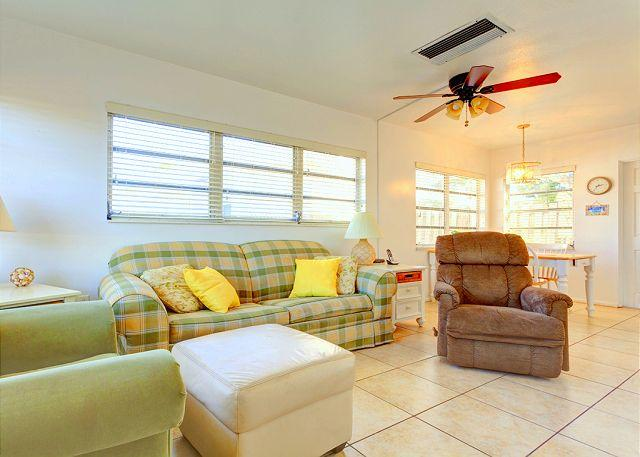 Relax in our classically laid-back Florida living room - Aloha Kai 50 Siesta Key Florida with heated pool & beach access - Siesta Key - rentals