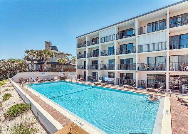 Beacher's Lodge sports a beachfront swimming pool! - Beachers Lodge 425, Beach Front, 4th floor, Elevator, HDTV - Saint Augustine - rentals