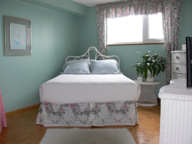 Large bright and airy bedroom - Bright - Airy - Spacious - Friendly w/ Parking - Toronto - rentals