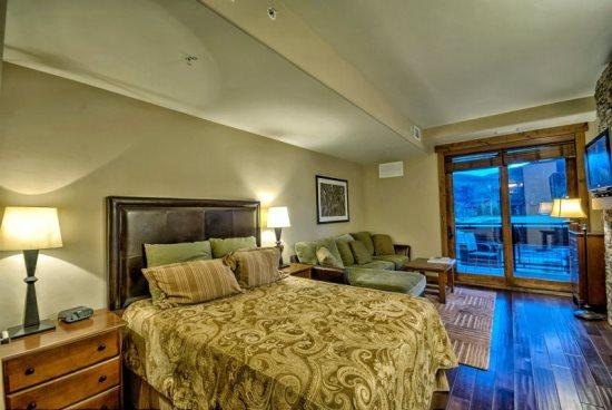 Queen Bed, Sectional Sofa Sleeper, Gas Fireplace, Flat Screen TV - Trailhead Lodge 2108 - Steamboat Springs - rentals
