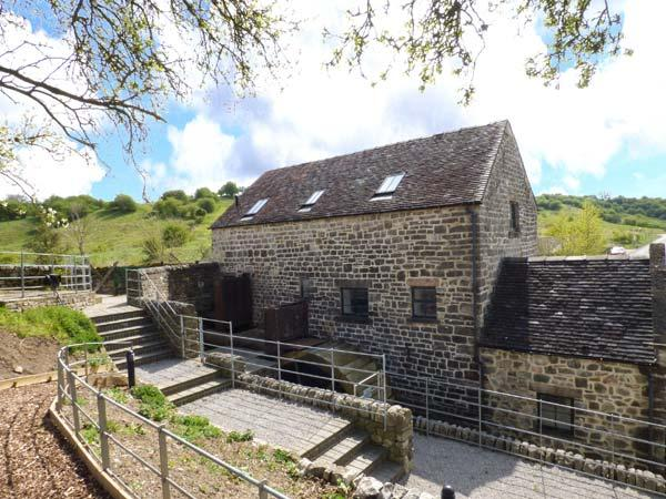 THE WATERMILL, converted water mill, exposed beams and original mill workings, WiFi, two hot tubs, near Bradbourne, Ref 904068 - Image 1 - Kniveton - rentals