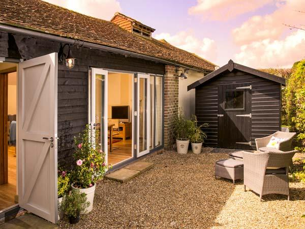 THE GRANARY, single-storey, ideal for a couple or two friends, walks from the door, near Hever, Ref 923527 - Image 1 - Hever - rentals