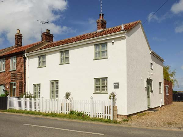 ROSEMARY COTTAGE, enclosed garden, pet-friendly, WiFi, beach 400 metres, in Sea Palling, Ref 922964 - Image 1 - Sea Palling - rentals
