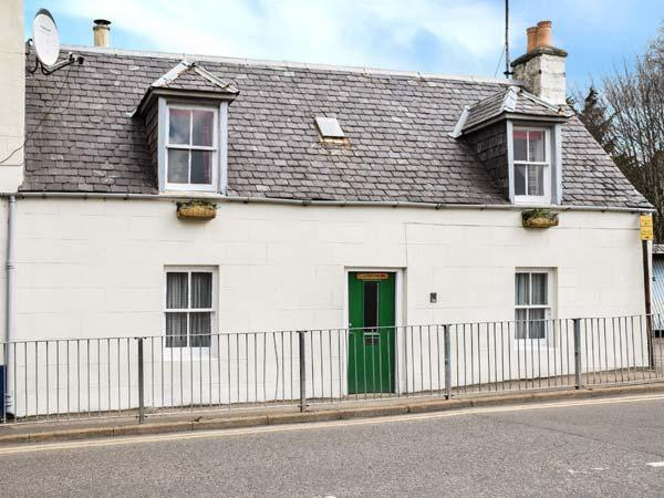 COSY BUT-AN-BEN, semi-detached, multi-fuel stove, WiFi, in Grantown-on-Spey in the Cairngorms National Park, Ref 924317 - Image 1 - Grantown-on-Spey - rentals
