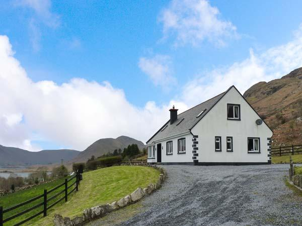 COILLMOR, detached cottage, en-suites, ground floor bedrooms, garden with furniture and direct access to Lough Mask near Clonbur, Ref 924141 - Image 1 - Clonbur - rentals