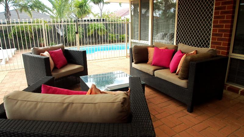 Relax with family and friends under the all weather pergola - Mindarie Villa With Sparkling Pool  A/C  Internet - Perth - rentals