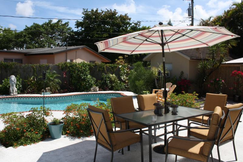 Outdoor pool and patio with plenty of seating and lounge chairs. - AMAZING 3 BEDROOM VACATION HOME WITH PRIVATE POOL - Fort Lauderdale - rentals