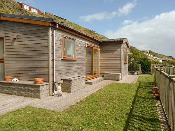BRACKENBACK, hot tub, private garden, pet-friendly, woodburner, WiFi. in Millbrook, Ref 924586 - Image 1 - Cawsand - rentals