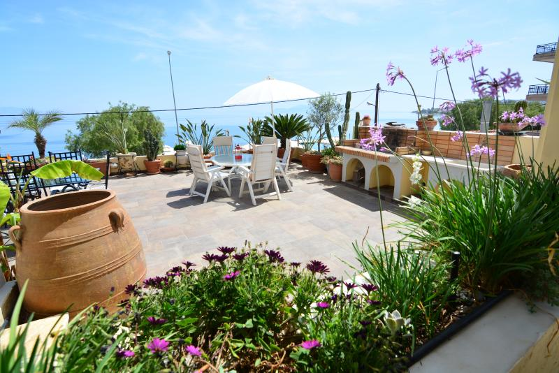 Big veranda with magnificent sea view and BBQ facilities! - Diamante Beachfront suite A - Xylokastro - rentals