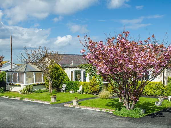 BEACH BUNGALOW, family-friendly, with a garden in Rhyl, Ref 8086 - Image 1 - Rhyl - rentals