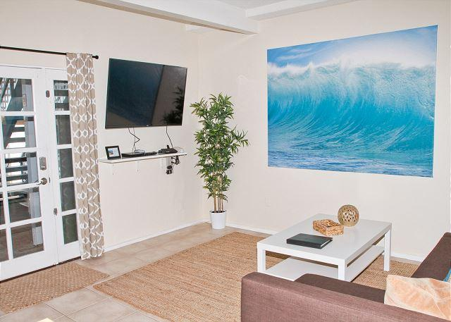 Living room - Lovely beach condo w/ semi-private beach Designer Decorated & A/C Equipped - Oceanside - rentals