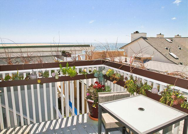 Shared deck with #4 - Lovely beach condo w/ semi-private beach, Designer Decorated & A/C Equipped - Oceanside - rentals