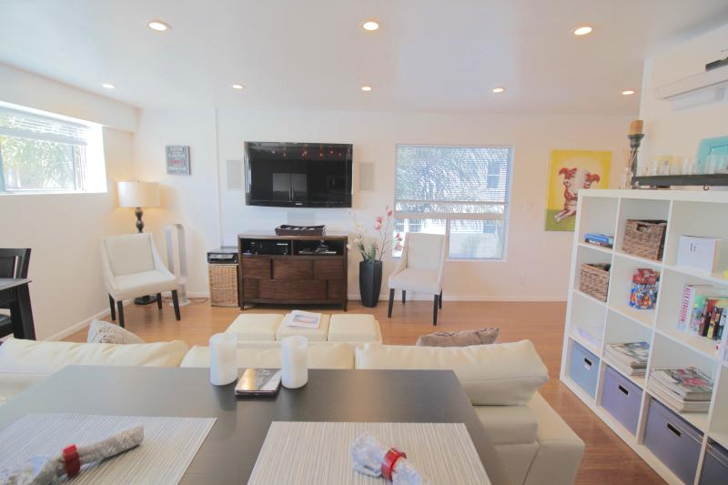 Main Living Area - 5 star 2 bed Modern w/Chef's Kitchen & Small Patio - Los Angeles - rentals