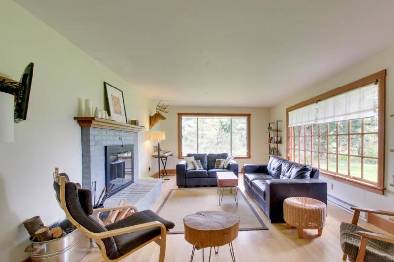 Close to the Columbia Gorge with a huge yard, gas grill! - Image 1 - Hood River - rentals