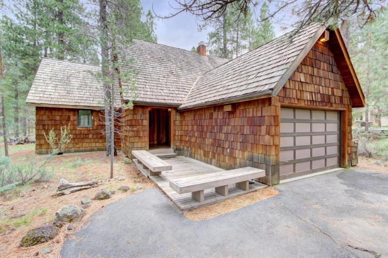 Cozy lodge w/ private hot tub, SHARC passes, entertainment & scenic yard! - Image 1 - Sunriver - rentals