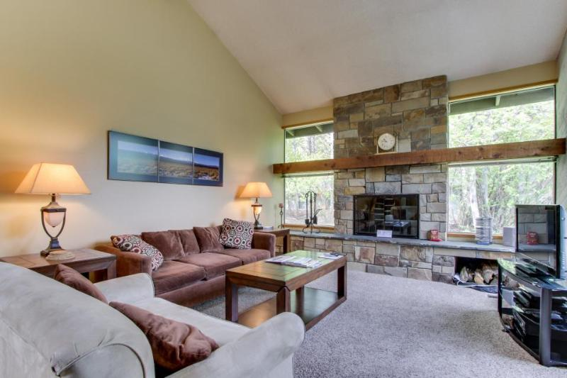 Mountain lodge with all the comforts of home, plus SHARC passes! - Image 1 - Sunriver - rentals