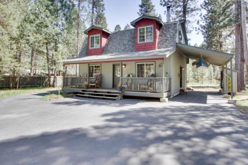 Cozy montain retreat w/ hot tub & loft - pet-friendly! - Image 1 - Sunriver - rentals