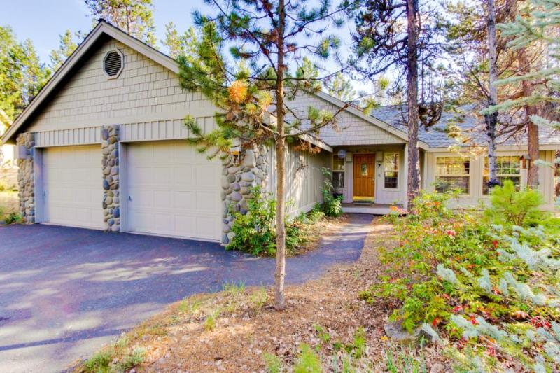 Comfortable home w/private hot tub, tranquil yard & SHARC access - Image 1 - Sunriver - rentals