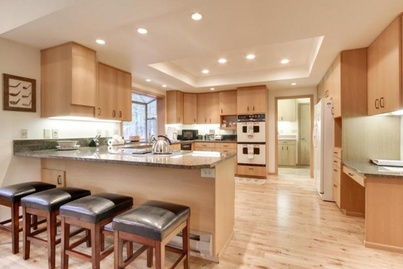 NW contemporary getaway with shared pool, hot tub, and other resort amenities! - Image 1 - United States - rentals