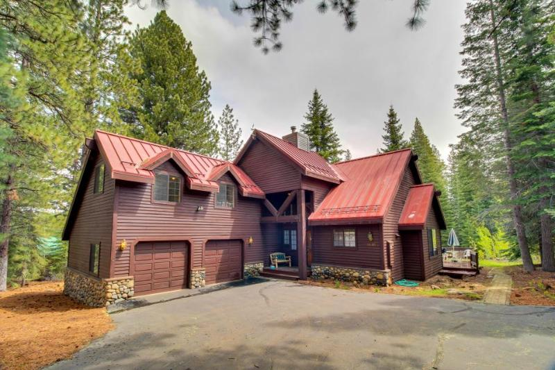 Bright & airy family-friendly home with a fireplace, large deck & yard! - Image 1 - Truckee - rentals