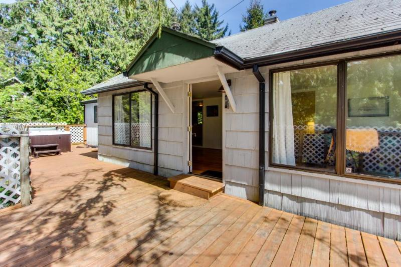 Cozy home w/ private hot tub, near Ridge Trail and golf! - Image 1 - Gearhart - rentals