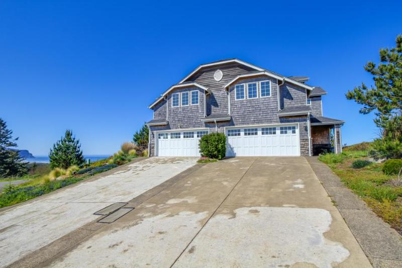 Adjoining, oceanfront townhomes with two private hot tubs - Image 1 - Neskowin - rentals
