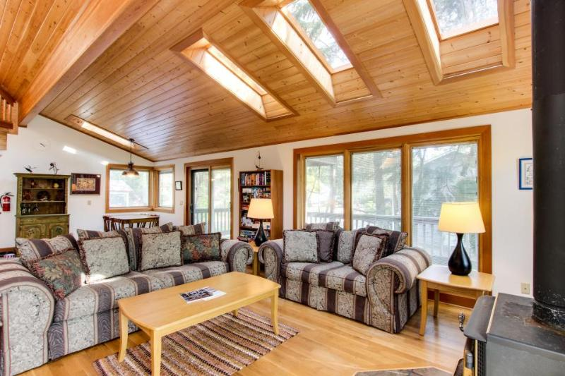 Dog-friendly cottage with close beach access, room for six! - Image 1 - Cannon Beach - rentals