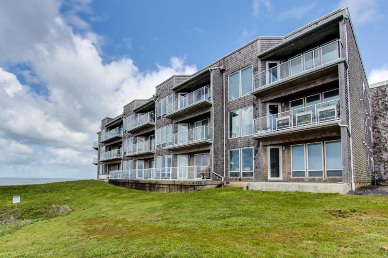 Luxury, waterfront condo w/ shared hot tub, pool, and spectacular ocean views - Image 1 - Depoe Bay - rentals