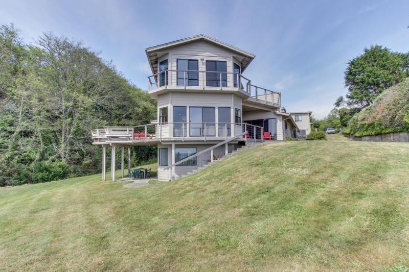 Stunning oceanfront, dog-friendly home with great sea views & easy beach access! - Image 1 - Brookings - rentals