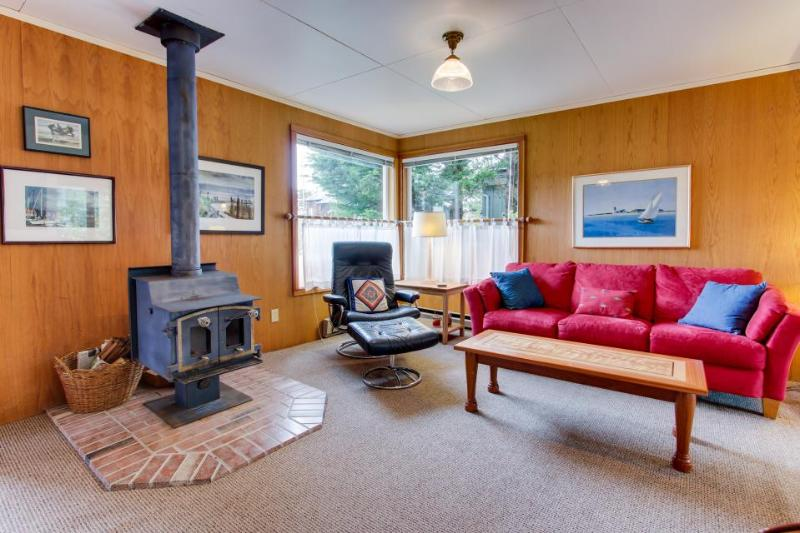 Charming, dog-friendly cottage close to beach & downtown! - Image 1 - Manzanita - rentals
