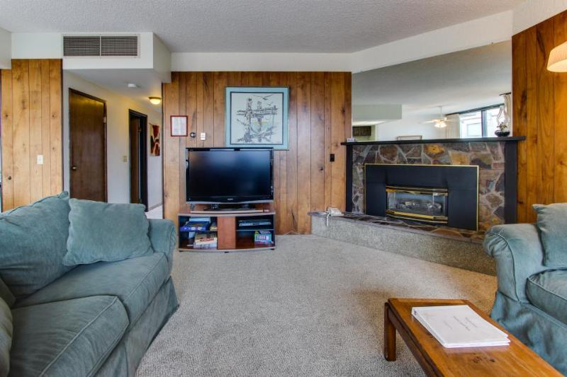Shared sauna & pool, and unbeatable location steps from the beach! - Image 1 - Seaside - rentals