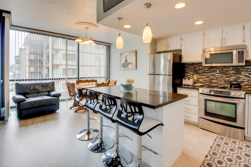 Beautiful contemporary condo w/ gorgeous ocean views and shared pool and sauna! - Image 1 - Seaside - rentals