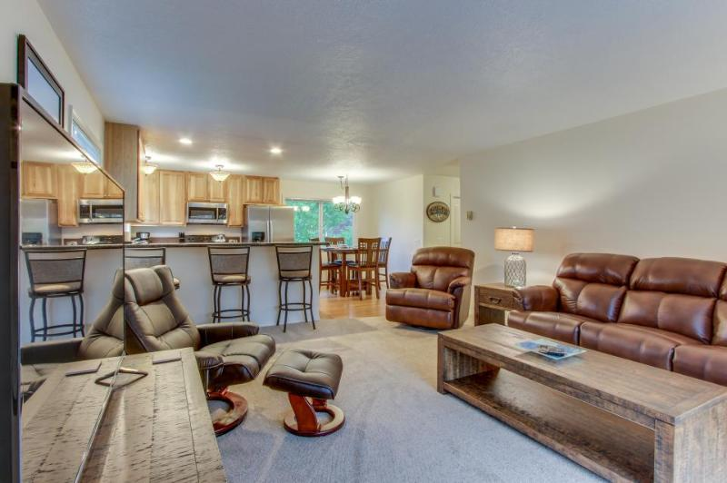 Beautiful, dog-friendly duplex w/balcony & easy beach access! - Image 1 - Cannon Beach - rentals