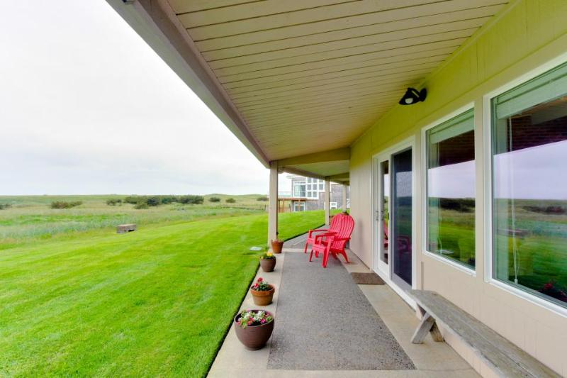 Oceanfront, dog-friendly getaway w/ cozy wood-burning fireplace - Image 1 - Gearhart - rentals