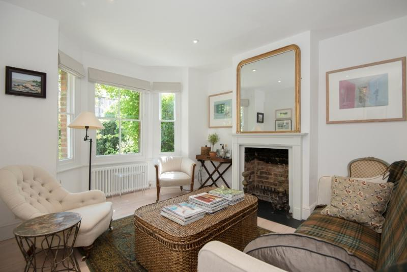 Sitting room with bay window to front - Stylish refurbished house in central Oxford - Oxford - rentals
