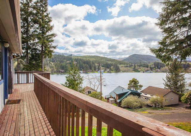 Spacious Lake House with Game & Bonus Room - Image 1 - Lincoln City - rentals
