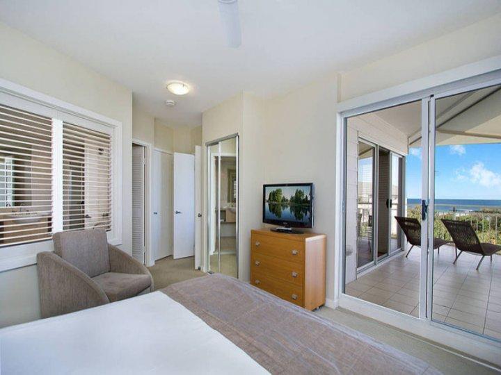 MAN2304 TWO BEDROOM OCEAN VIEW SPA SUITE - Image 1 - Kingscliff - rentals