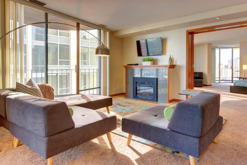 25th-floor penthouse w/gorgeous Seattle views, six balconies & shared pool! - Image 1 - Seattle - rentals