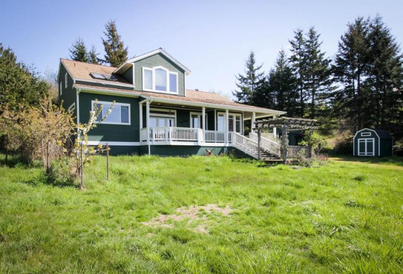 Spacious, modern house w/stunning bay views, close to Lopez Village and marina! - Image 1 - Lopez Island - rentals