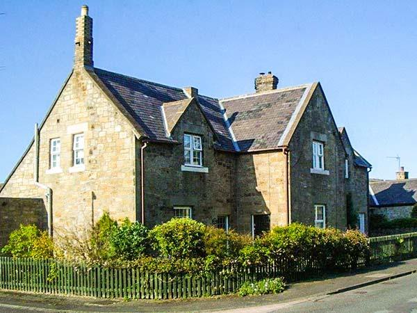 MIDDLE COTTAGE, woodburner, WiFi, pets welcome, close to beach, near Amble, Ref. 917404 - Image 1 - Amble - rentals