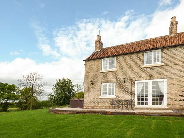 GUNBY HALL COTTAGE, semi-detached, woodburner, hot tub, parking, patio, in Bubwith, Ref 925052 - Image 1 - Bubwith - rentals