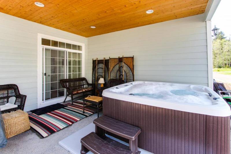 Modern, lovely dog-friendly home with private hot tub near the bay - Image 1 - Manzanita - rentals