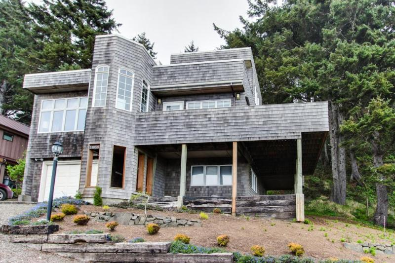 Lovely house with views of the ocean & Haystack Rock, close to beach! - Image 1 - Cannon Beach - rentals